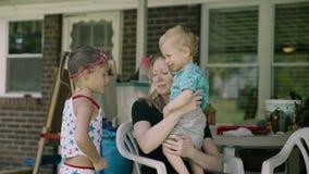 Mutter und ihr Schätzchen Glückliche Mutter Mutterschafts-schöne glückliche Familien-Gesamtlänge Langsame Bewegung stock video footage