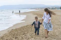 Mutter und ihr Sohn auf dem Strand lizenzfreie stockfotos