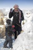 Mutter und ihr Sohn auf Schnee Lizenzfreie Stockfotografie