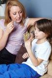 Mutter und ihr Sohn, die einen Imbiß essen Stockfotos