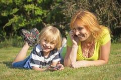 Mutter und ihr Sohn nennen draußen Stockfoto