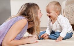 Mutter und ihr spielerischer Sohn Lizenzfreies Stockbild