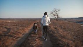 Mutter und ihr weniger Sohn auf Wegh?ndchenhalten, Konzept der Mutterschaft und Kindheit stock footage
