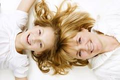 Mutter und ihre jugendliche Tochter lizenzfreies stockfoto