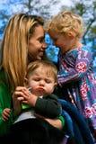 Mutter und ihre Kinder Lizenzfreies Stockbild