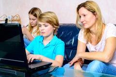 Mutter und ihre Kinder, die Computer verwenden Lizenzfreies Stockbild