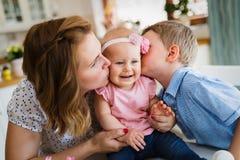 Mutter und ihre Kinder, die spielen und umarmen Stockfotos