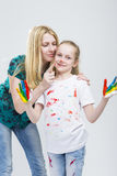 Mutter und ihre kleine kaukasische blonde Tochter, die Hand-und Gesichts-Farben-Zeit zusammen haben Lizenzfreie Stockfotografie