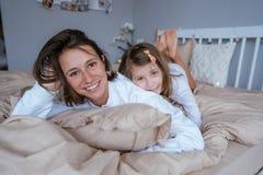 Mutter und ihre kleine nette Tochter haben Spaß lizenzfreies stockbild