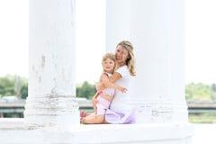 Mutter und ihre kleine Tochter Stockfotografie