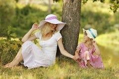 Mutter und ihre kleine Tochter, die auf Natur spielen Stockfoto