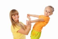 Mutter und ihre kleine Tochter verbringen Zeit zusammen Lizenzfreie Stockbilder
