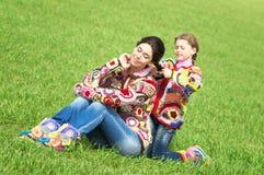Mutter und ihre Tochter lizenzfreies stockbild