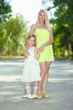 Mutter und ihre Tochter Stockfotografie