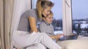 Mutter und ihre Tochter, die Laptop verwendet stock footage