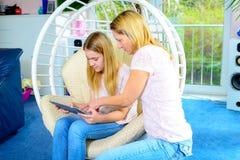 Mutter und ihre Tochter, die zusammen Tablet-Computer verwendet Lizenzfreies Stockfoto