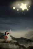 Mutter und ihre Tochter sehen Sterne Lizenzfreie Stockfotos