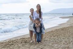 Mutter und ihre Tochter und Sohn auf dem Strand stockbilder