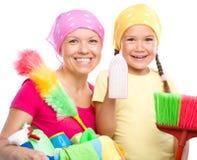 Mutter und ihre Tochter werden für das Säubern gekleidet lizenzfreie stockfotografie