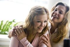 Mutter und jugendlich Tochter Stockfotos