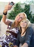 Mutter und jugendlich Tochter, die Foto nehmen Lizenzfreies Stockbild