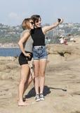 Mutter und jugendliche Tochter, die ein selfie nehmen Lizenzfreies Stockfoto