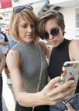 Mutter und jugendliche Tochter, die ein selfie nehmen Lizenzfreie Stockfotos