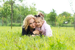 Mutter und junge Tochter in der Landschaft stockbilder