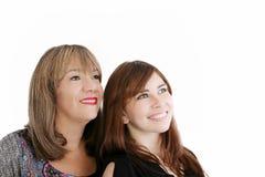 Mutter und junge Tochter, die weg schauen Lizenzfreies Stockfoto