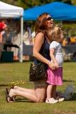 Mutter und junge Tochter teilen Moment am Festival Stockfotos