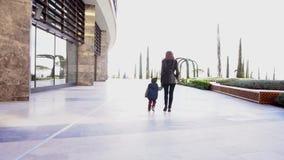 Mutter und junger Sohn gehen durch den Park stock video footage