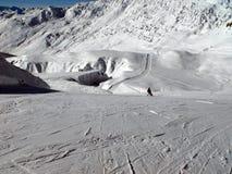 Mutter und Kind allein auf einer sonnigen Skisteigung stockbild