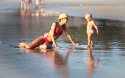Mutter und Kind auf dem Strand Stockbilder