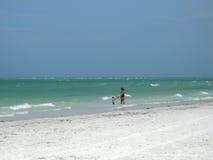 Mutter und Kind auf Strand Stockfoto