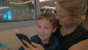 Mutter und Kind, das magnetischen beweglichen Kartenleser verwendet stock footage