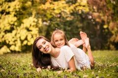 Mutter und Kind in der Natur Stockfotografie