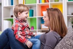 Mutter und Kind, die ein Lied singen Stockbilder