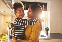 Mutter und Kind, die glücklich schaut Stockbilder