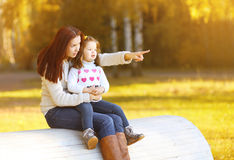 Mutter und Kind, die am Herbsttag gehen Stockfotografie