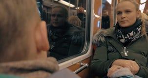 Mutter und Kind, die mit der U-Bahn austauschen stock footage