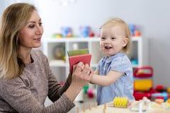 Mutter und Kind, die mit Entwicklungsspielwaren spielen Fr?herziehungskonzept lizenzfreie stockbilder