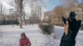 Mutter und Kind, die Schneebälle spielen stock footage