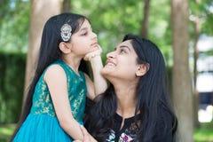 Mutter und Kind, die Spaß haben stockfotografie