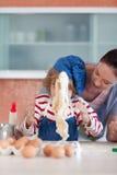 Mutter und Kind, die Weihnachtsbacken tun Stockfoto
