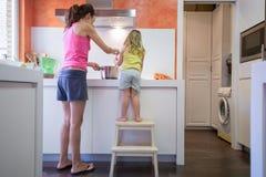 Mutter und Kind, die zusammen kochen Lizenzfreies Stockfoto