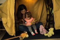 Mutter und Kind, die zusammen lesen Stockfotografie