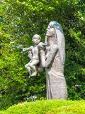 Mutter und Kind durch Br Joseph McNally lizenzfreie stockfotografie