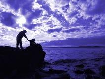 Mutter und Kind durch das Meer Stockfotografie