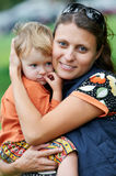 Mutter und Kind in ihren Händen Stockbilder