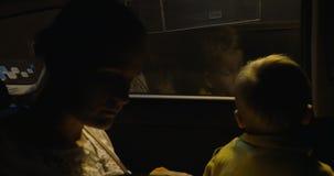 Mutter und Kind im Auto, das durch Tunnel sich bewegt stock video